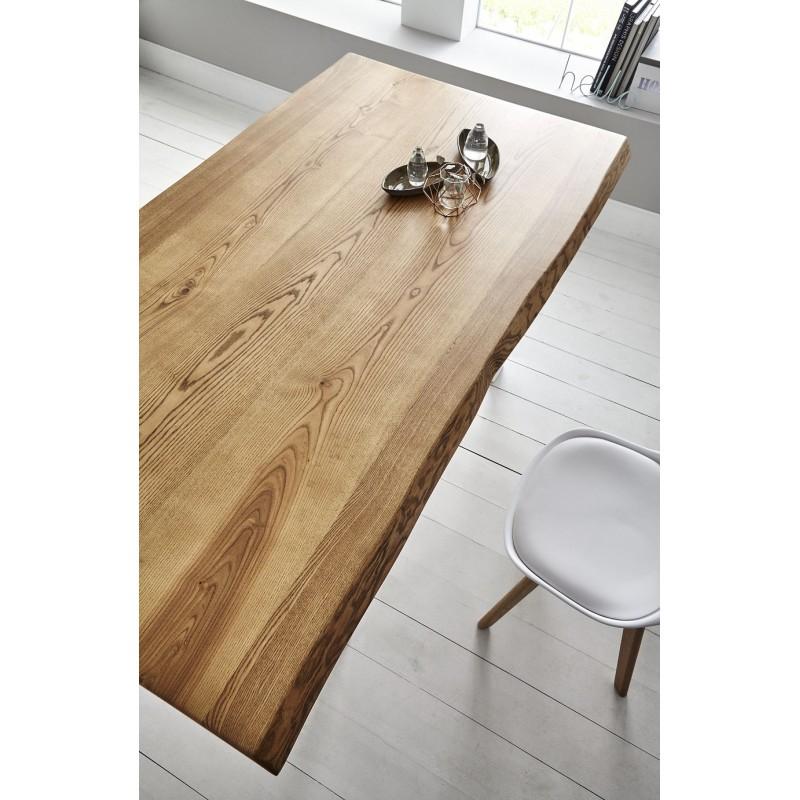 Mesa de comedor con tapa maciza de madera de fresno y pies de metal.